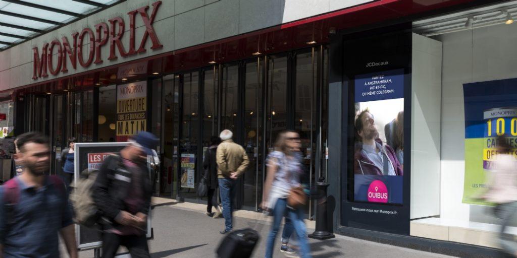 Avec JCDecaux, Monoprix digitalise sa publicité par l'instauration de panneaux digitaux dans leurs vitrines, ouverts aussi à la publicité extérieure non concurrente